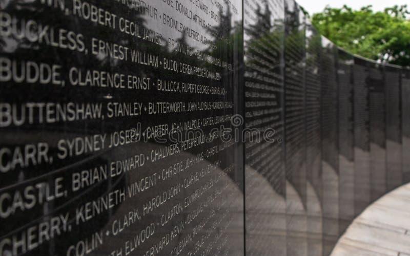 Placa central con nombres de soldados caidos dentro del cementerio conmemorativo de Naciones Unidas de la Guerra de Corea en Seúl imagen de archivo libre de regalías