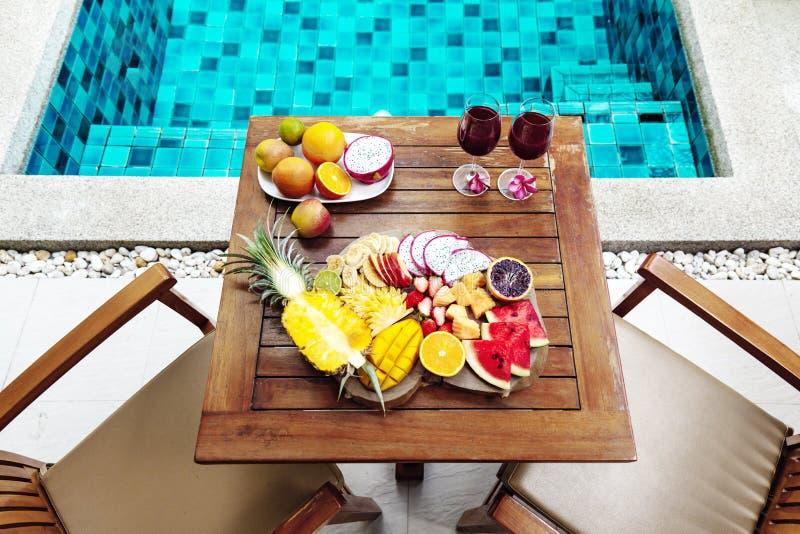 Placa colorida de la fruta tropical por la piscina fotos de archivo