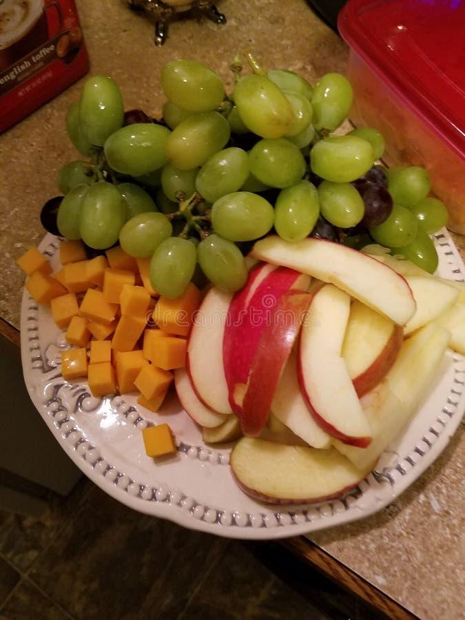 Placa colorida do fruto e de queijo fotos de stock royalty free