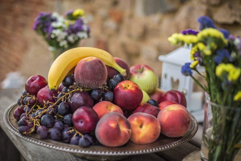 Placa colorida dos frutos foto de stock