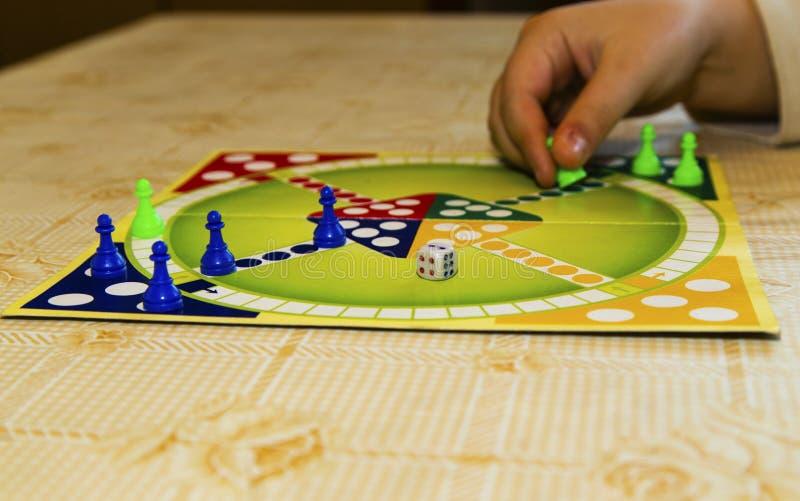 Placa colorida para jogar o jogo tradicional do ` s das crianças imagens de stock royalty free