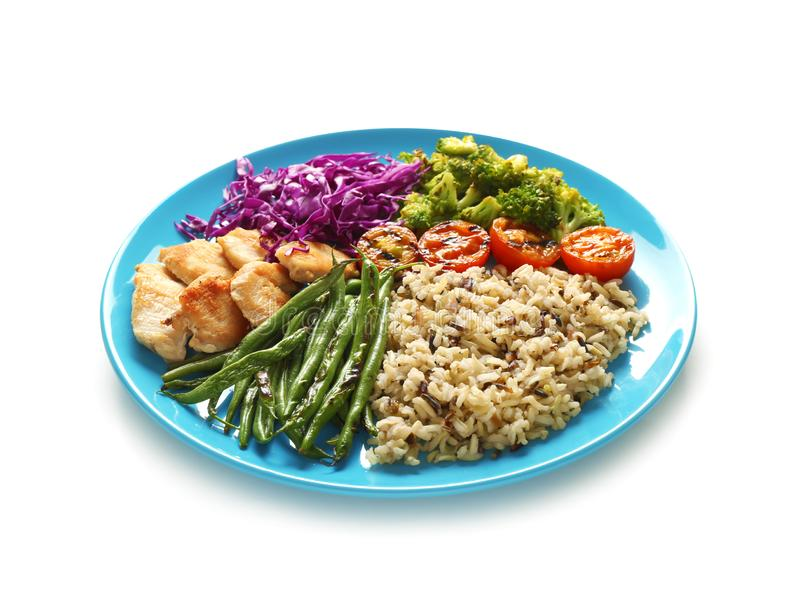 Placa com arroz, os vegetais e carne fervidos no fundo branco fotos de stock royalty free
