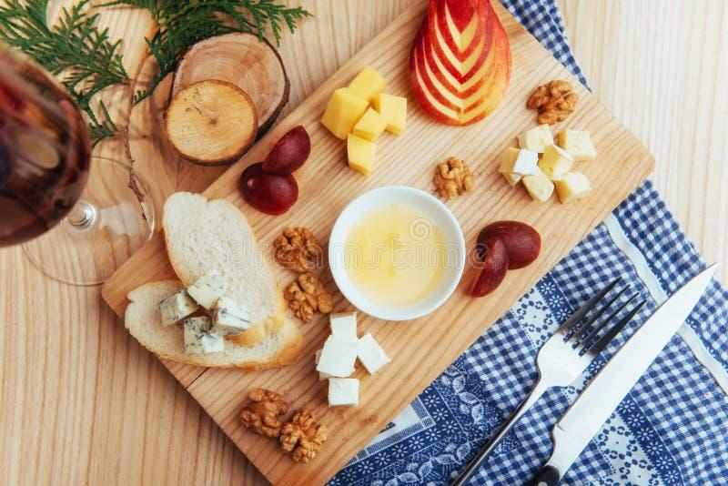 Placa com azul, Dor, queijo parmesão, brie, Camemb imagens de stock