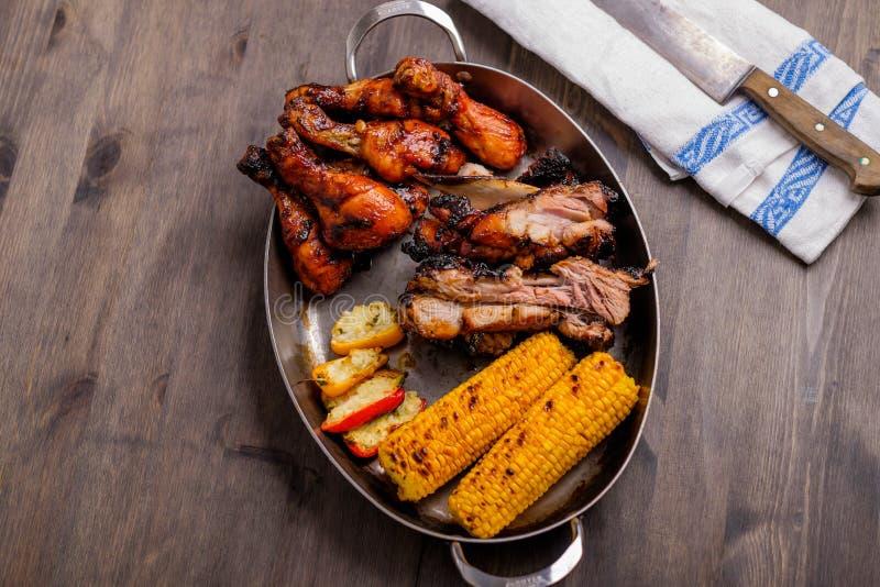 Placa com carne de porco misturada do BBQ imagens de stock