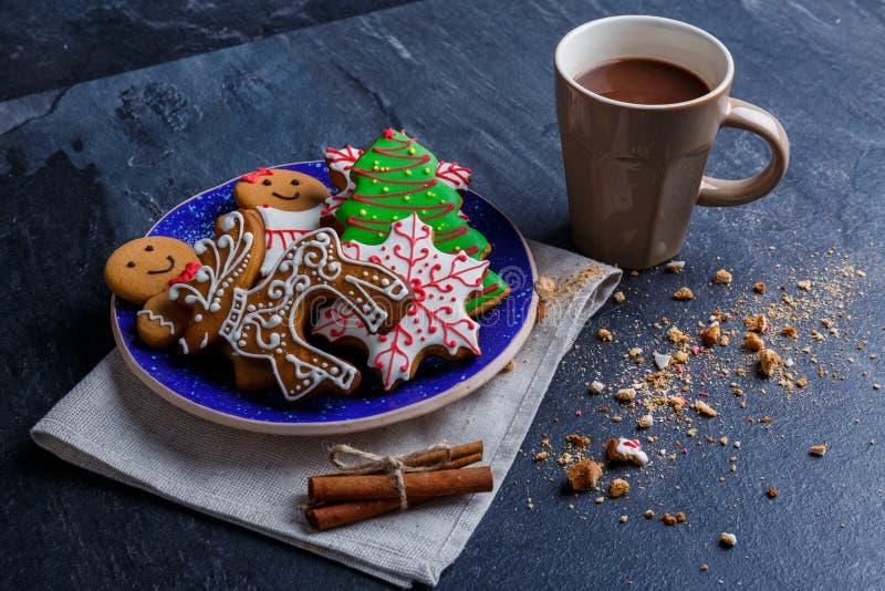 Placa com cookies em um guardanapo ao lado de um copo do chocolate quente em um fundo de pedra imagens de stock royalty free