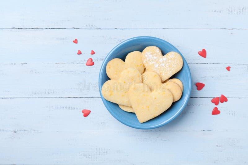 Placa com cozimento doce para o dia de Valentim Cookies de biscoito amanteigado na forma da opinião superior do coração fotografia de stock