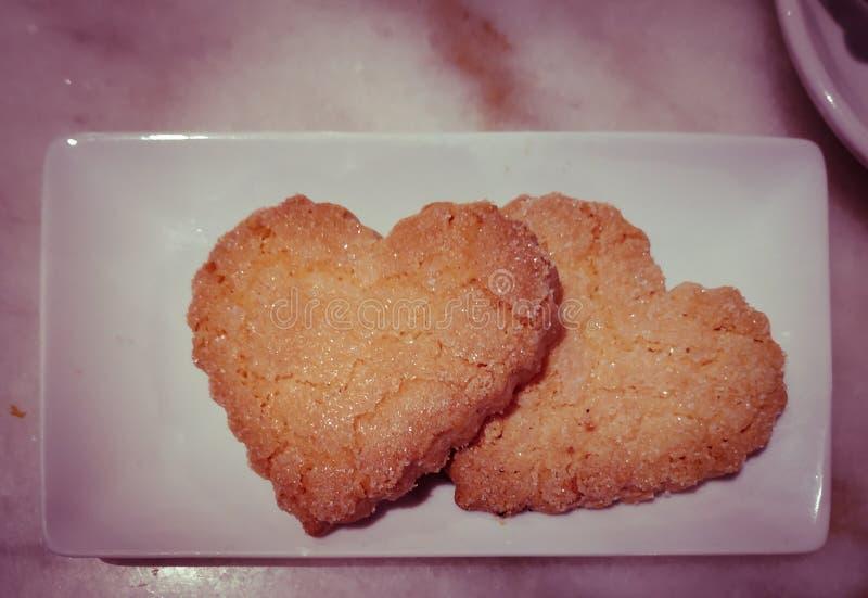 Placa com cozimento doce para o dia de Valentim Cookies de biscoito amanteigado na forma do coração fotografia de stock