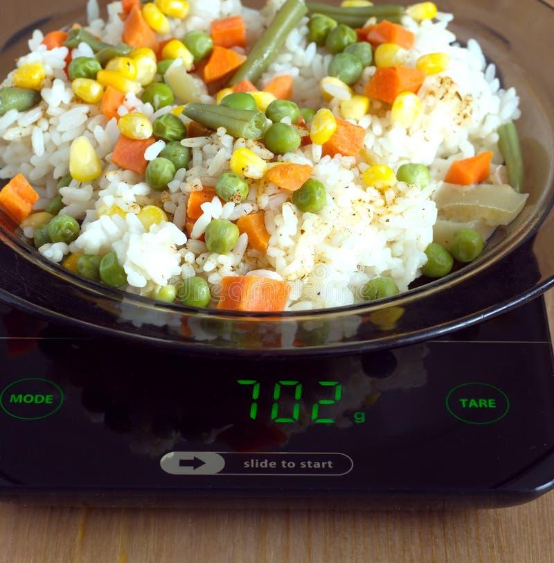 A placa com elevação e vegetais na cozinha escala o close up fotos de stock royalty free