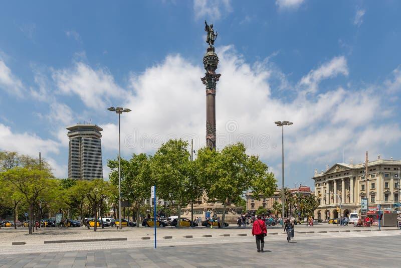 Placa com a estátua de Columbo perto do porto de Barcelona na Espanha imagem de stock