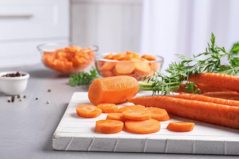 Placa com fatias de cenoura foto de stock