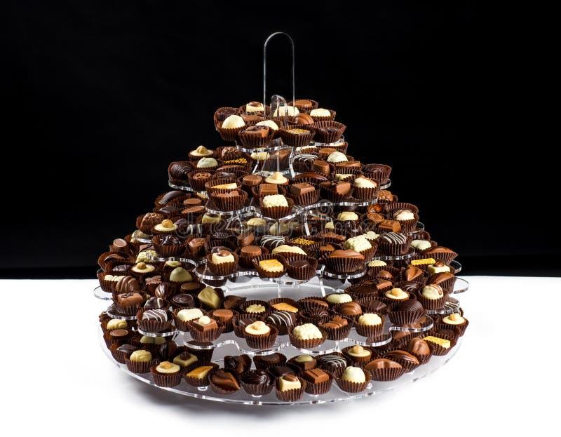 Placa com lote dos confeitos belgas do chocolate prontos para comer fotografia de stock