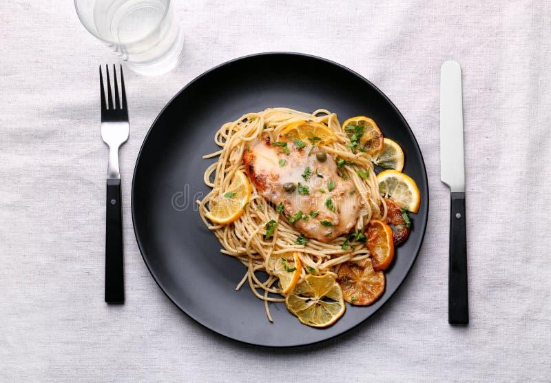 Placa com o piccata italiano delicioso da galinha fotografia de stock royalty free