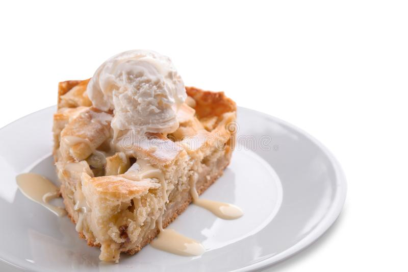 Placa com parte de torta de maçã saboroso e de gelado no fundo branco fotos de stock