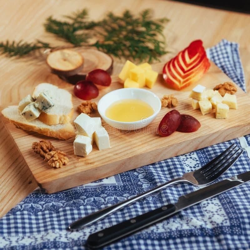 Placa com queijo azul Dor, Parmesão, brie fotografia de stock
