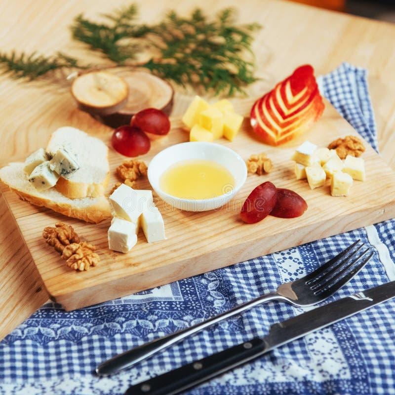 Placa com queijo azul Dor, Parmesão, brie foto de stock