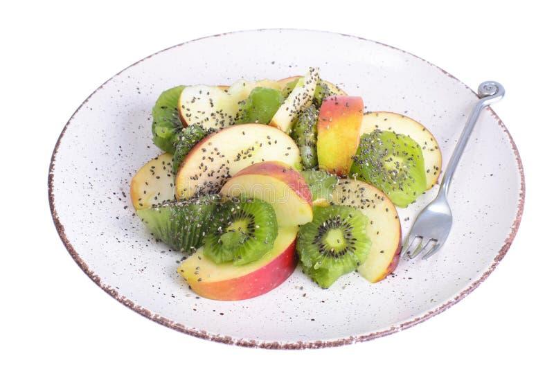 Placa com a salada de fruto isolada no fundo branco fotos de stock