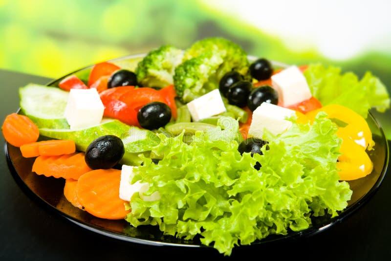 Placa com salada do vegetariano fotografia de stock royalty free