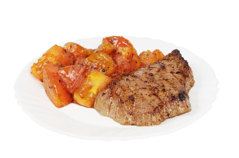 Placa com um bife de carne e roasted fotos de stock royalty free
