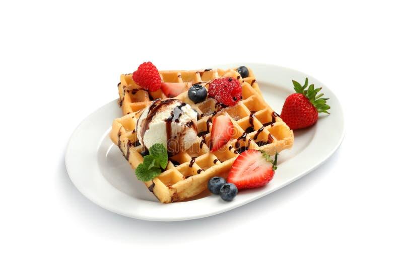 Placa com waffles saborosos, bagas e gelado no branco fotografia de stock royalty free