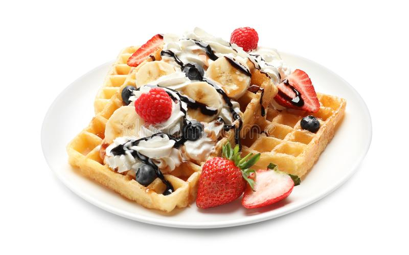 Placa com waffles saborosos, chantiliy e bagas imagens de stock royalty free