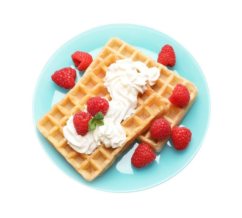 Placa com waffles saborosos, chantiliy e framboesas no fundo branco fotos de stock