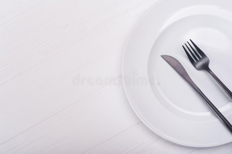 Placa con el cuchillo y la fork imagen de archivo libre de regalías