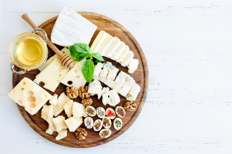 Placa con el diferente tipo de queso foto de archivo
