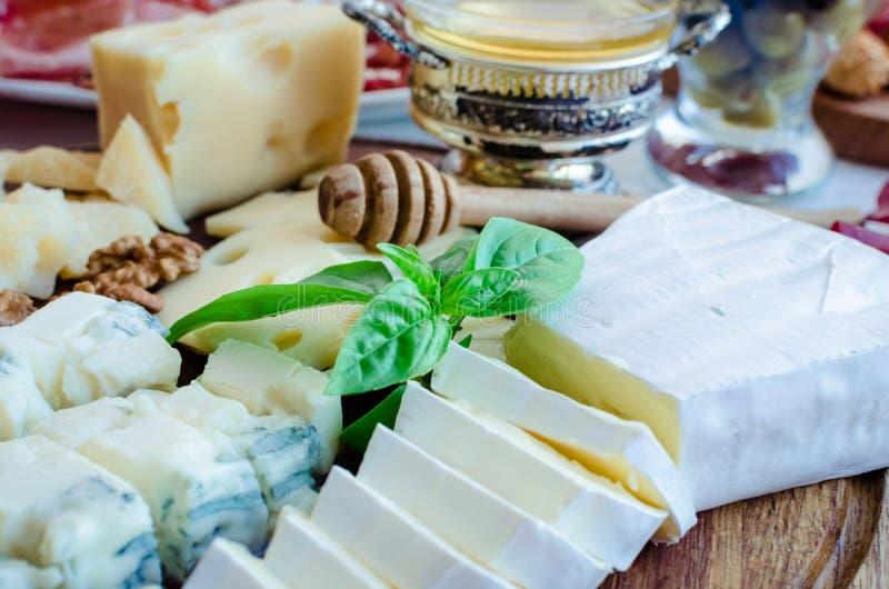 Placa con el diferente tipo de queso imagenes de archivo
