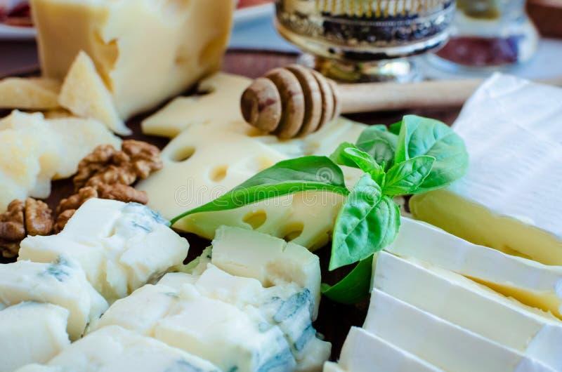 Placa con el diferente tipo de queso imagen de archivo libre de regalías