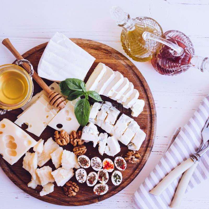 Placa con el diferente tipo de queso fotos de archivo