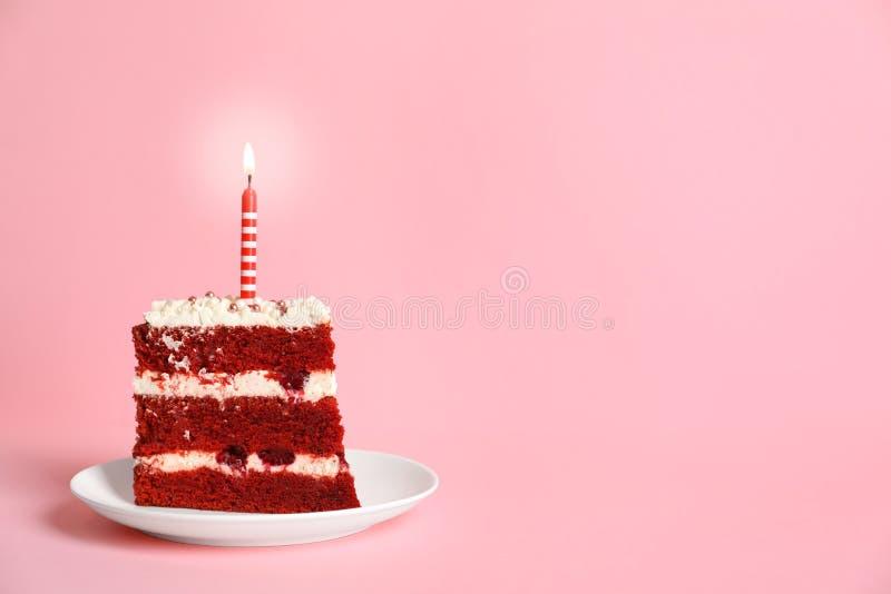 Placa con el pedazo de torta roja hecha en casa deliciosa del terciopelo fotos de archivo libres de regalías