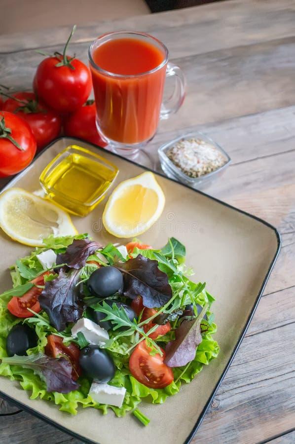 Placa con la comida de la dieta del keto Verduras tajadas para la dieta quetogénica en una placa Tomates, ensalada con arugula, a fotografía de archivo