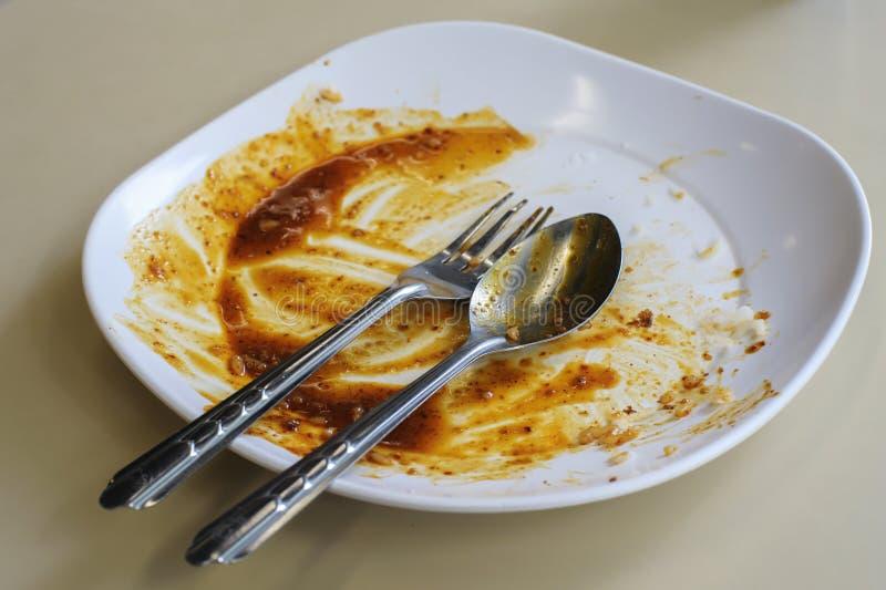 Placa con la comida dejada encima de la consumición imagen de archivo libre de regalías
