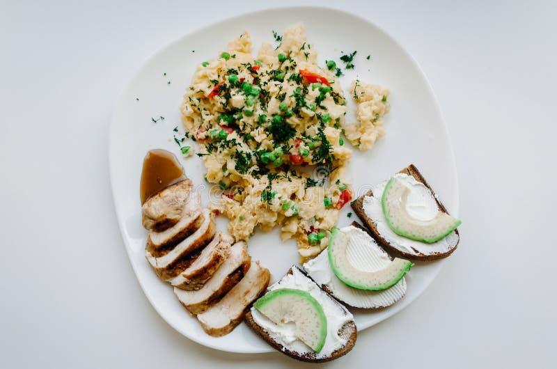 Placa con la comida en un fondo blanco imagenes de archivo