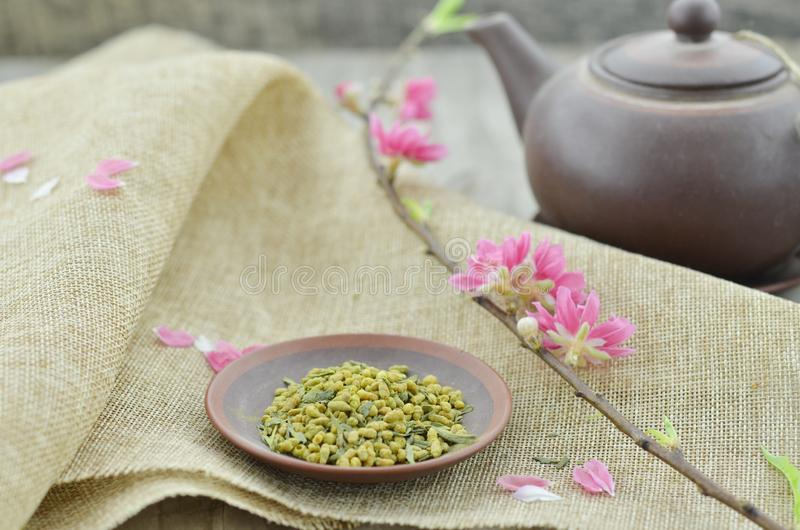 Placa con la flor del melocotón del anf del té del arroz en de madera fotos de archivo