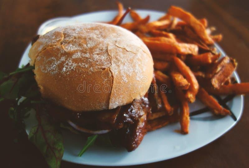 Placa con la hamburguesa y las fritadas imagenes de archivo