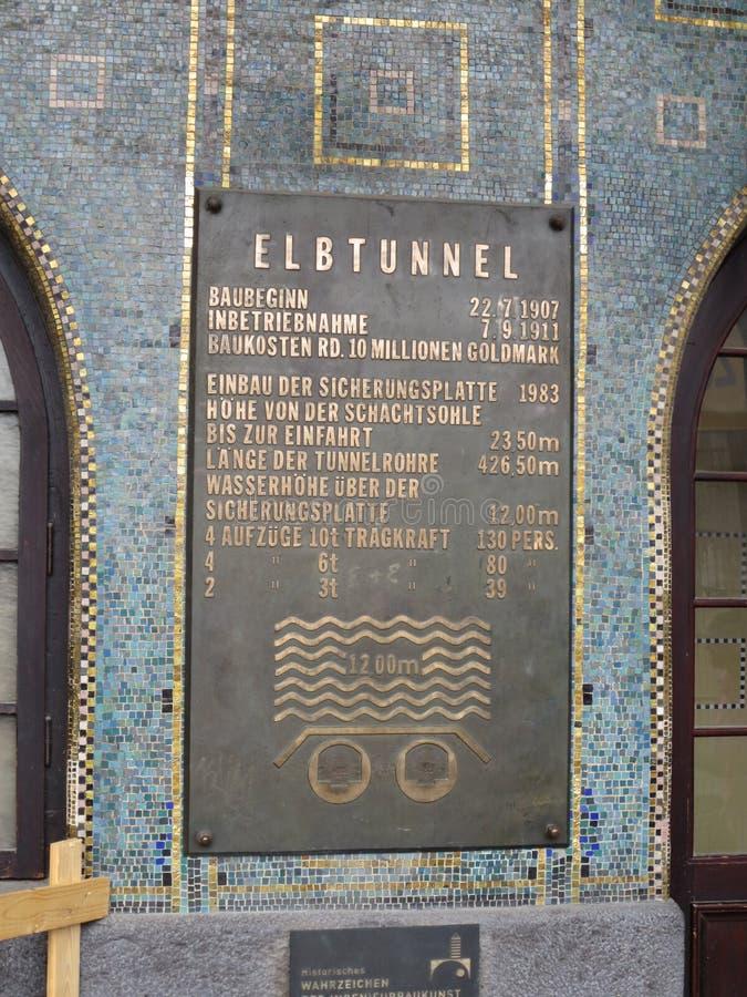 Placa con la información sobre el túnel Hamburgo Alemania de Elba imagenes de archivo