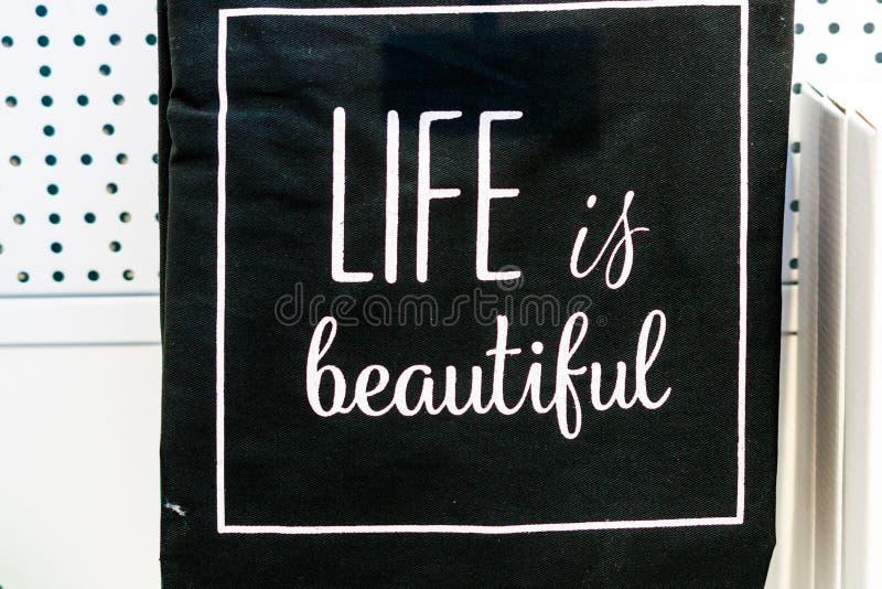 Placa con la inscripción sobre vida y belleza fotografía de archivo