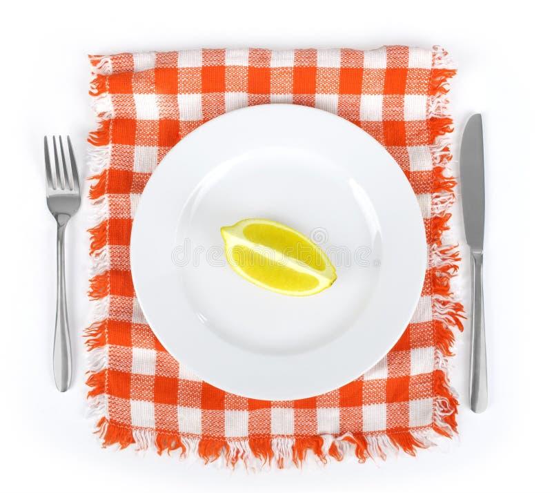 Placa con la servilleta, el cuchillo y la bifurcación fotos de archivo