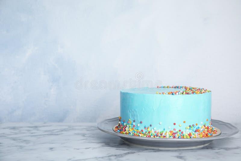 Placa con la torta de cumpleaños deliciosa fresca en la tabla contra fondo del color fotos de archivo libres de regalías