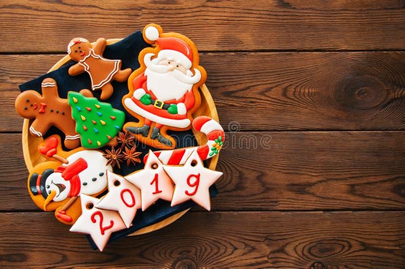 Placa con las galletas hechas en casa de la Navidad del pan de jengibre, estrellas con NU fotografía de archivo libre de regalías