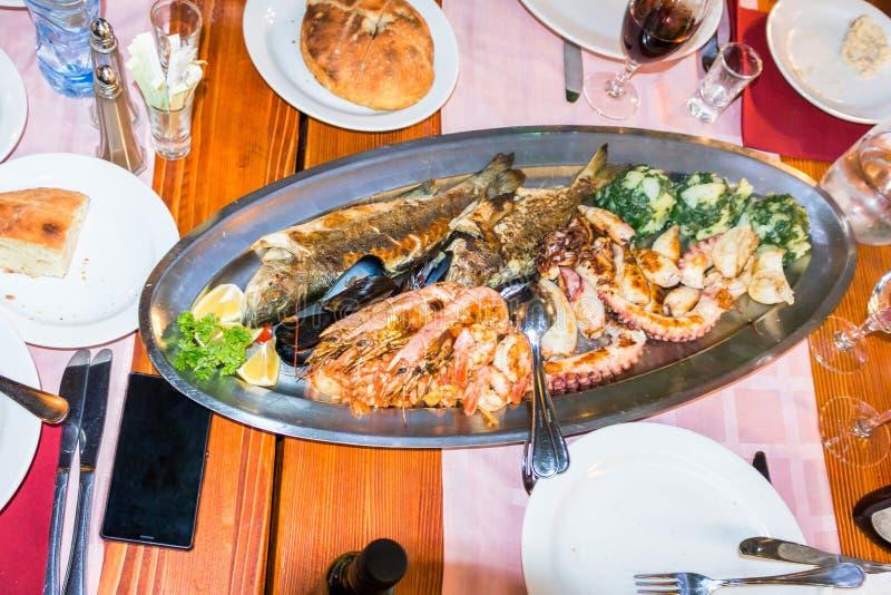 Placa con los mariscos en un restaurante en Budva fotografía de archivo