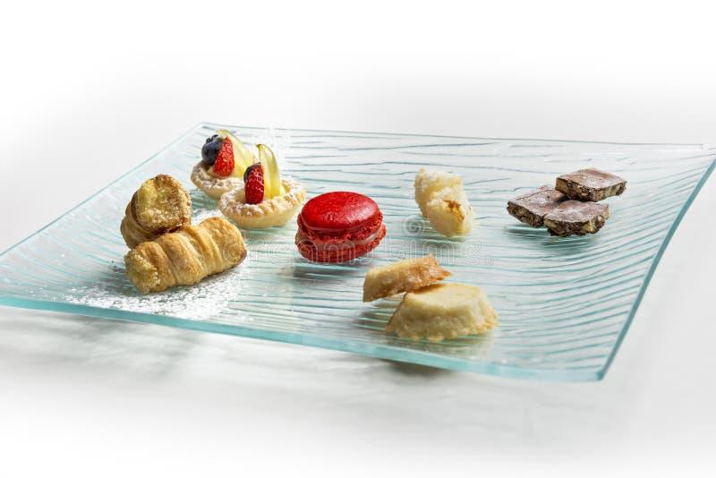 Placa con los pequeños pasteles imagen de archivo libre de regalías