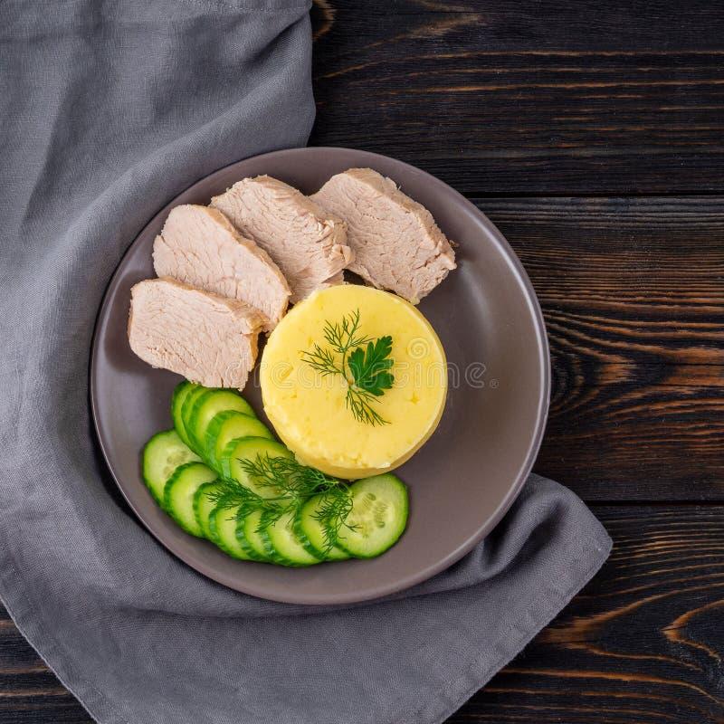 Placa con los purés de patata, la carne hervida y la ensalada del pepino Dieta sana apropiada para la pérdida de peso Dieta de la fotos de archivo libres de regalías