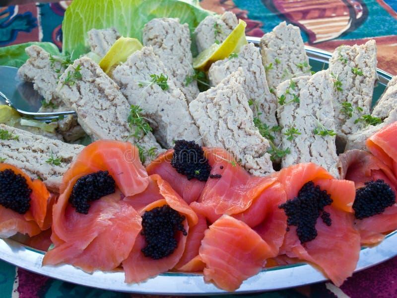 Placa con los salmones, el caviar y el atún fumados frescos foto de archivo libre de regalías