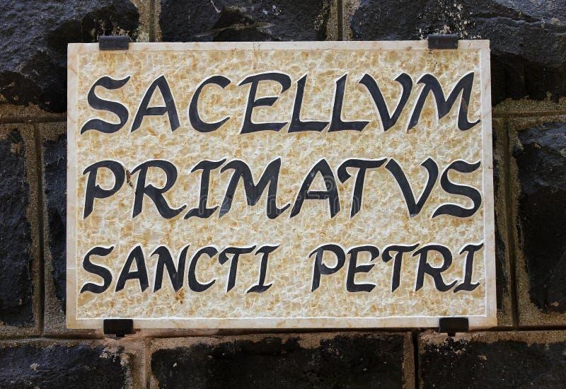 Placa con una primacía de la inscripción de Peter fotografía de archivo