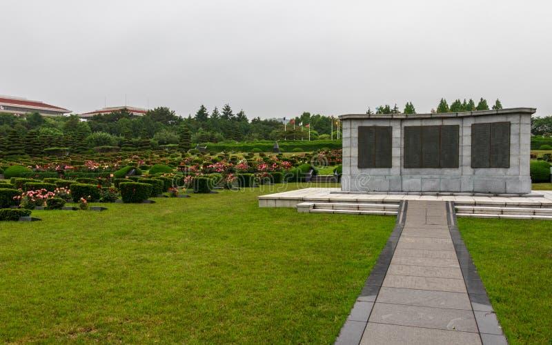 Placa conmemorativa central con los sepulcros dentro de Naciones Unidas UNO Memorial Cemetery de la Guerra de Corea en Seúl, Core imágenes de archivo libres de regalías