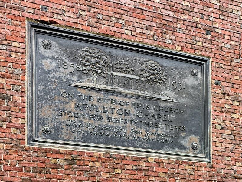 Placa conmemorativa en la capilla de Appleton en la yarda de Harvard en Cambridge fotografía de archivo