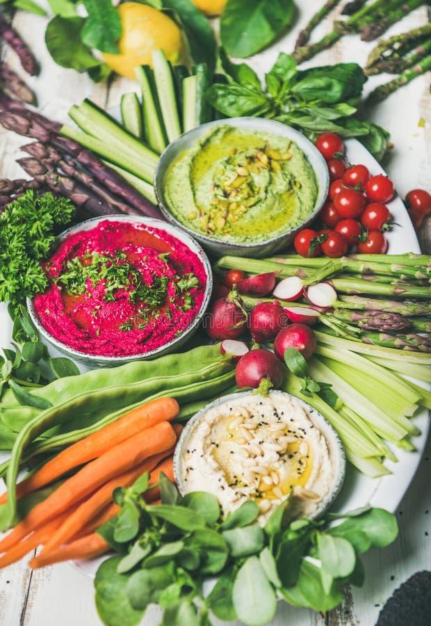 Placa crua saudável do petisco do vegetariano do verão para o partido do vegetariano imagens de stock