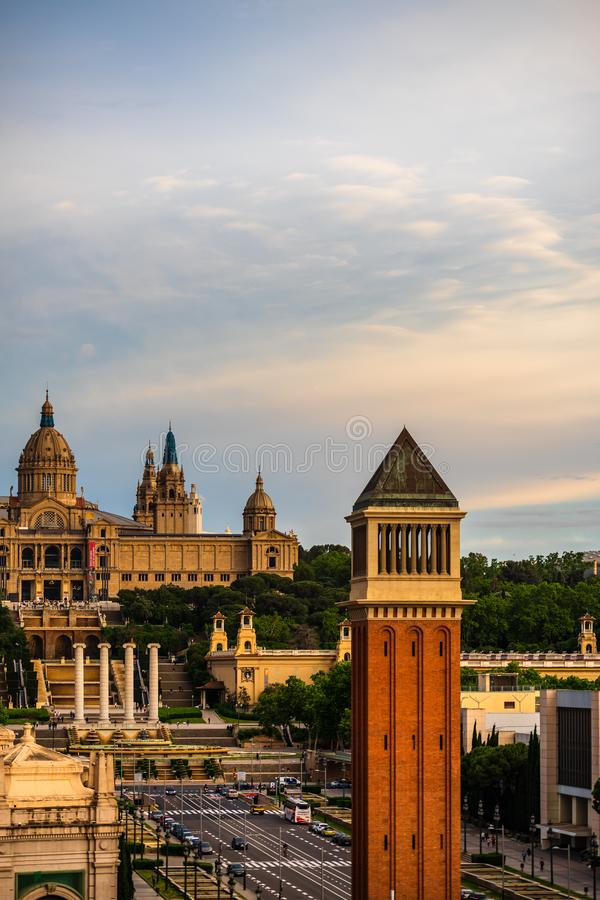 Placa d 'Espanya, torres Venetian e Art Museum nacional Sqare espanhol - Plaza de Espana em Bacelona, Espanha imagem de stock